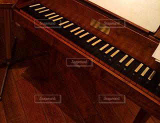 木製の床に置いたピアノの写真・画像素材[3199341]