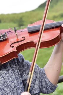バイオリンを持っている人の写真・画像素材[3199429]