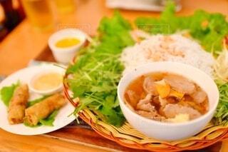 食べ物の皿をテーブルの上に置くの写真・画像素材[3972801]