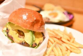 サンドイッチとフライドポテトを皿の上に閉じるの写真・画像素材[3972842]