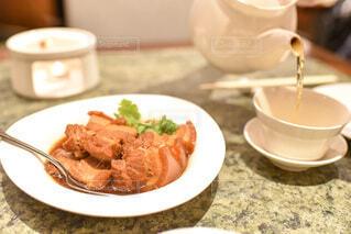 食べ物の皿とコーヒー1杯の写真・画像素材[3973241]