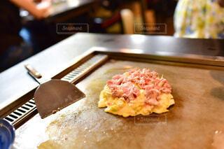 木製のまな板の上に座っているピザのスライスの写真・画像素材[3974898]