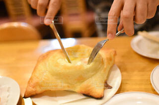 皿の上でケーキを切る人のクローズアップの写真・画像素材[3974949]
