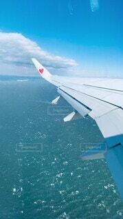 海,空,絶景,屋外,かわいい,雲,きれい,晴れ,青,飛行機,波,水面,水色,飛ぶ,爽やか,ハート,オシャレ,旅行,旅,可愛い,ラブ,翼,快晴,空中,デート,航空機,一人旅,お洒落,ハネムーン,空気,旅立ち,ひとり旅,フライト,旅客機,空の旅,航空,日中,おしゃれ