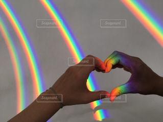 近くにバック グラウンドで虹を持つ手のアップの写真・画像素材[791426]