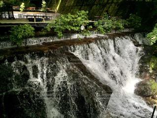 いくつかの水の上の大きな滝の写真・画像素材[705754]