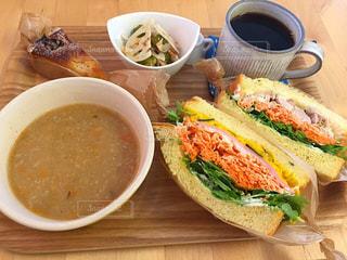 サンドイッチとコーヒーのカップ食品のプレートの写真・画像素材[751386]