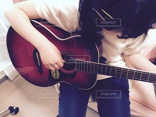 ギターの練習中の写真・画像素材[802403]