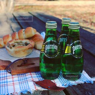ペリエと焼きたてパンで公園への写真・画像素材[915557]