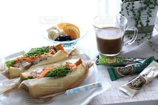 ピクニック用のテーブルの上に座ってサンドイッチの写真・画像素材[1294859]