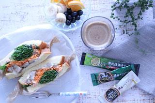 テーブルの上に食べ物のプレートの写真・画像素材[1294874]