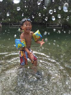 水のサーフボードで波に乗って若い女の子の写真・画像素材[714023]