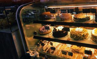 ショーケースの中のケーキの写真・画像素材[877080]