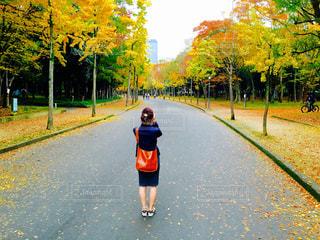 歩道に立っている女性の写真・画像素材[879759]
