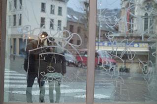 建物の前に立っている人の写真・画像素材[927589]