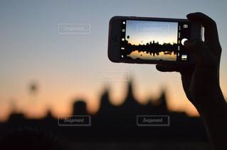 iPhone越しのアンコールワットの写真・画像素材[927595]