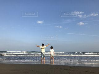 砂浜に立っている人の写真・画像素材[737043]