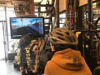 自転車,屋内,後ろ姿,室内,人,ヘルメット,後ろ,ロードバイク,トレーニング,トレーナー