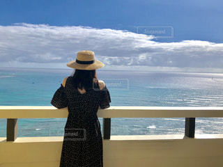女性,海,空,後ろ姿,人物,背中,麦わら帽子,人,リゾート,オーシャンビュー