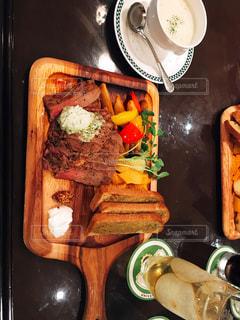 テーブルの上に食べ物のトレイの写真・画像素材[749594]