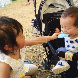 アイス アイスキャンディ 子供 姉弟 仲良し 可愛いの写真・画像素材[651043]