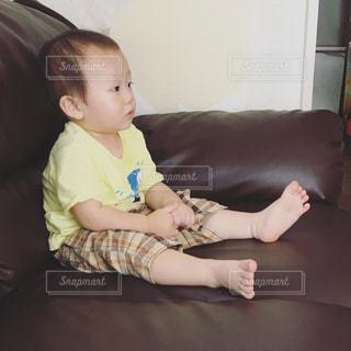 ソファに座って赤ちゃんの写真・画像素材[707519]