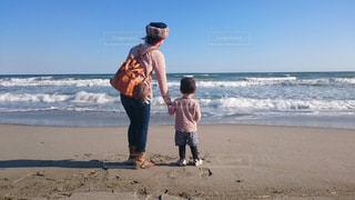 ビーチに立つ親子の写真・画像素材[716885]