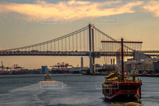 水の体の上の大きな橋 - No.776368