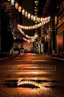 夜のライトアップされた街の写真・画像素材[776387]