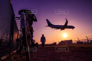 空を飛んでいる飛行機 - No.798525