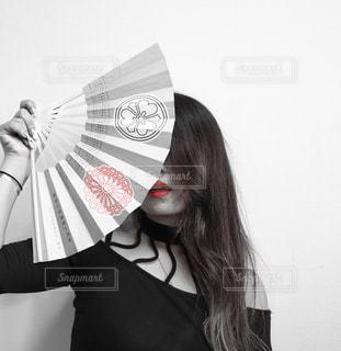 傘を持つ女性 - No.888598