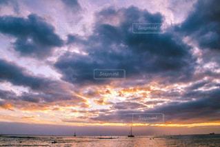 水の体に沈む夕日の写真・画像素材[916023]