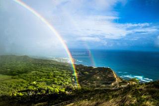水の体の上の虹の写真・画像素材[916057]