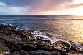 海の横にある岩のビーチの写真・画像素材[916070]