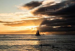 水の体に沈む夕日の写真・画像素材[916097]