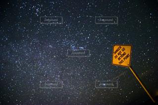 夜の一時停止の標識の写真・画像素材[924029]