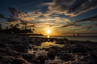 水の体に沈む夕日の写真・画像素材[959209]