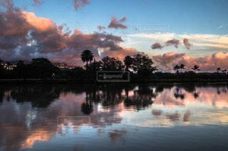 水体の上空で雲のグループの写真・画像素材[997298]