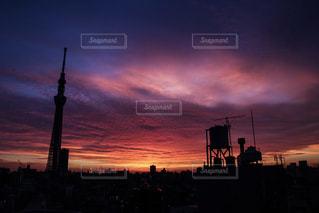 夕暮れ時の都市の景色 - No.1053894