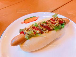 テーブルの上に食べ物のプレートの写真・画像素材[742085]