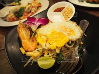 テーブルの上に食べ物のプレートの写真・画像素材[805068]