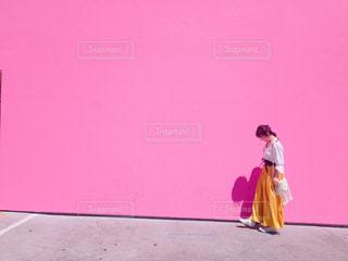 歩道を歩く女性 - No.852393