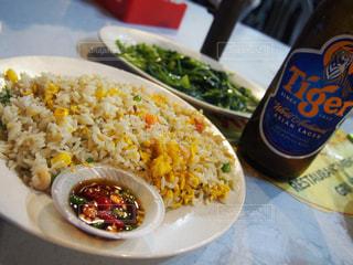 皿のご飯と野菜料理の写真・画像素材[862943]