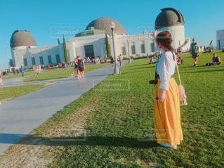 建物の前に立っている女の子 - No.996727