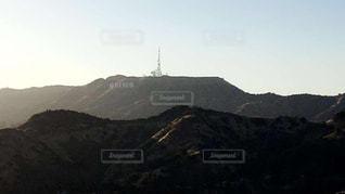 背景の大きな山の写真・画像素材[996771]
