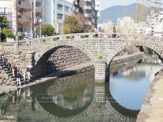 水の体の上の橋の写真・画像素材[1017595]