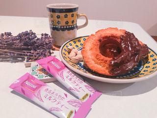 テーブルの上の皿にチョコレート ドーナツの写真・画像素材[1292046]