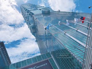 金属フェンスの大きな建物の写真・画像素材[1323241]