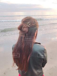 ビーチに座っている人の写真・画像素材[1673225]