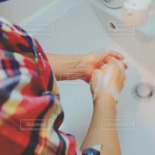 女性,手,泡,石鹸,手洗い,洗面台,チェックシャツ